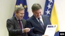 Komesar za evropsku politiku susjedstva i pregovore o proširenju Johannes Hahn uručuje Upitnik predsjedavajućem Vijeća ministara BiH Denisu Zvizdiću, decembar 2016.
