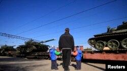 Российские танки прибывают в село Гвардеевское под Симферополем, 31 марта 2014 года. Иллюстративное фото.