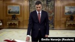 Новый премьер-министр Испании Педро Санчес приносит присягу, Мадрид, 2 июня 2018 года.