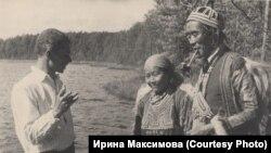 Писатель В.Величко беседует с эвенками. Из собрания Томского областного краеведческого музея