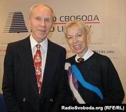 Людмила Белоусова мен Олег Протопопов Азаттық радиосында қонақта. Архив суреті.
