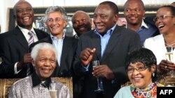 Нельсон Мандела түрмеден босағанына 20 жыл толуын жақындарымен атап өтіп отыр. Йоханнесбург, 4 ақпан 2010 жыл
