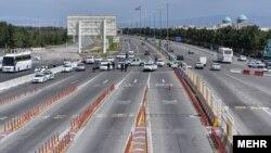 روز هشتم فروردین اتوبان تهران قم مسدود و پس از ساعتی باز شد.