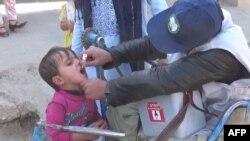 ارشیف، افغان ماشوم ته د واکسین تطبیق یو انځور