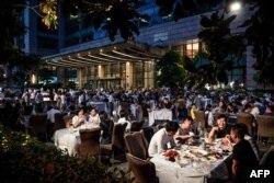 Тем временем жизнь в городе Ухань вернулась в привычное русло. Один из местных ресторанов вечером. Май 2020 года.