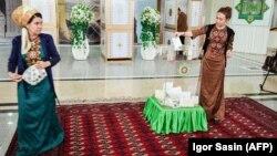 Türkmenistanlylar parlament saýlawlarynda ses berýärler. 25-nji mart, 2018 ý.