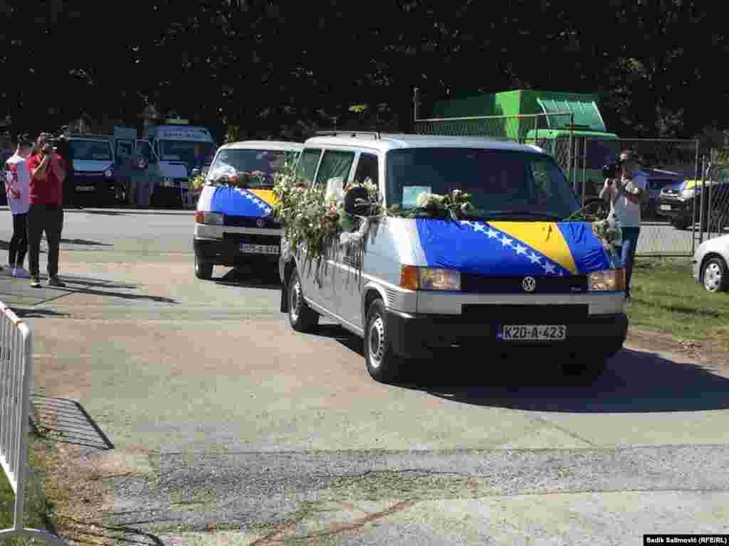 Tri kombija prevezla su devet tijela koja će ovog 11. jula pronaći smiraj u Memorijalnom centru u Potočarima.