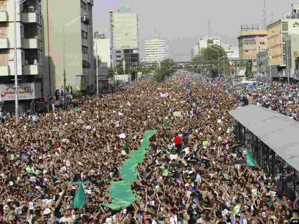 Сотни тысяч людей вышли на улицы Тегерана, чтобы выразить протест против официальных итогов выборов президента Ирана. Акция прошла вопреки запрету властей.
