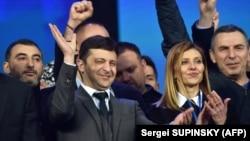 Actorul de comedie Volodimir Zelenski se bucură de scorul obţinut la alegerile prezidenţiale