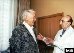 Борис Ельцин и его врач, американский кардиолог Майкл Дебейки, в ЦКБ, 25 сентября 1996 года
