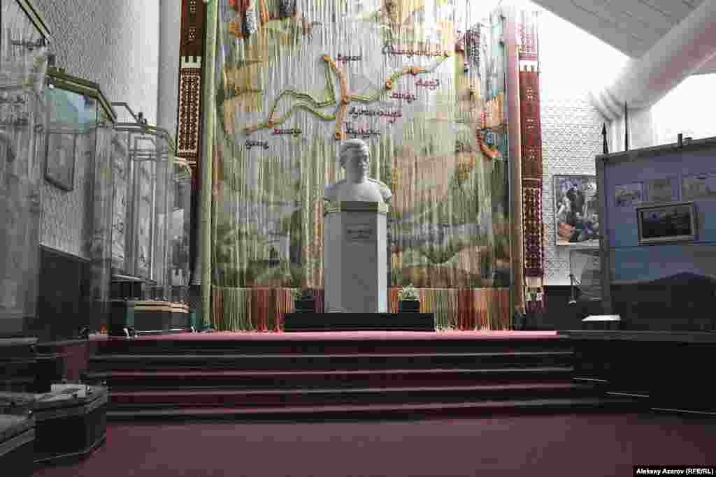 Сразу напротив входа – гранитный бюст Чокана Валиханова работы известного казахского скульптора Хакимжана Наурызбаева. На стене за ним – огромный гобелен ручной работы, воспроизводящий маршруты знаменитых путешествий ученого.