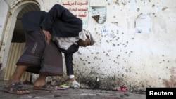 Террорлық жарылыс болған мешітте жүрген адам. Сана, Йемен, 20 наурыз 2015 жыл.