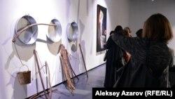 Зрители у инсталляции «Стирка».
