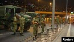 Турецькі військові блокують Босфорський міст у Стамбулі. 15 липня 2016 року
