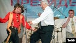 Борис Ельцин танцует во время предвыборной кампании