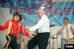 Борис Ельцин танцует рок-н-ролл на своем предвыборном концерте в Ростове-на-Дону, 10 июня 1996 года