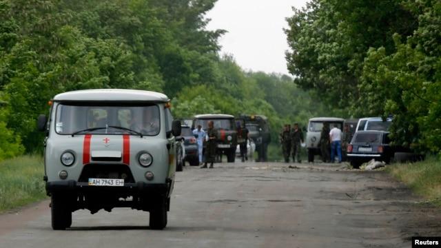 Швидка їде з місця бою між українськими силовиками і бойовиками біля Волновахи, Донецька область, 22 травня 2014 року