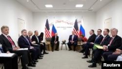 Vladimir Putin və Donald Trump-ın rəhbərlik etdiyi nümayəndə heyətləri