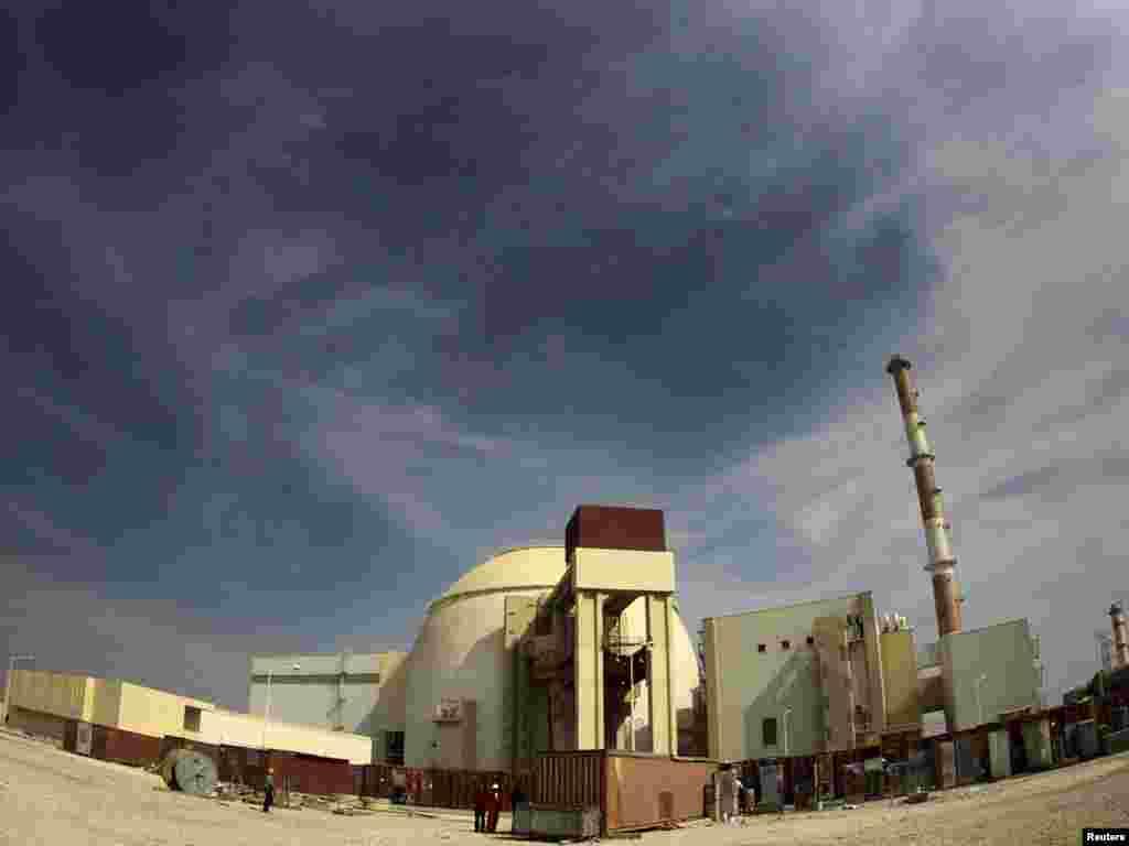 Атомна електростанція «Бушер» за 1200 кілометрів від Тегерана, Іран, 26 жовтня. Як повідомило іранське державне телебачення, Іран знаходиться за крок від того, щоб стати «мирною» ядерною державою. Photo by Mohammad Babaie for Reuters/IRNA