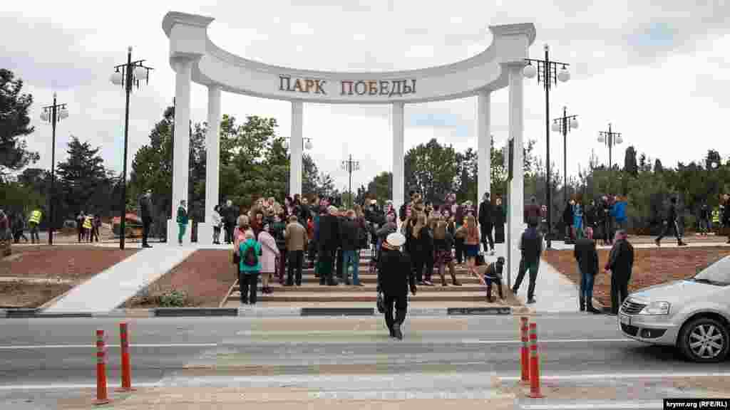 На церемонию открытия прибыло несколько десятков человек, часть из них – студенты местного вуза