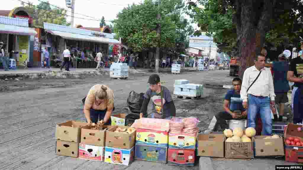 Еще не успели закатать новый асфальт, а новые торговцы уже тихо занимают себе новые места,16 июля 2015 года