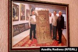 Gəncə-Qazax zonasında xalçaların kolorit baxımından rəngləri tünddür. 4-5 rəngdən ibarətdir.