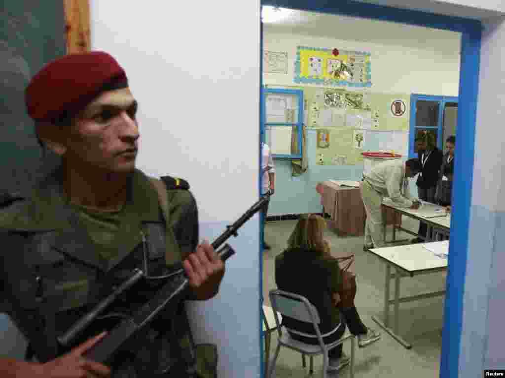 سربازی در مقابل دفتر رایگیری، پس از پایان شمارش آراء در تونس
