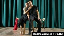 Прагадағы әуесқой театр актерлерінің репетициясы. Театрды қазақстандық студент Алёна Шатц ашқан.