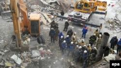 Аварийно-спасательные работы на месте обрушения многоэтажного дома в поселке Шахан. 2 января 2017 года.