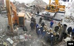 Поисково-спасательные работы на месте дома, где рухнул подъезд. Поселок Шахан Карагандинской области, 2 января 2017 года.