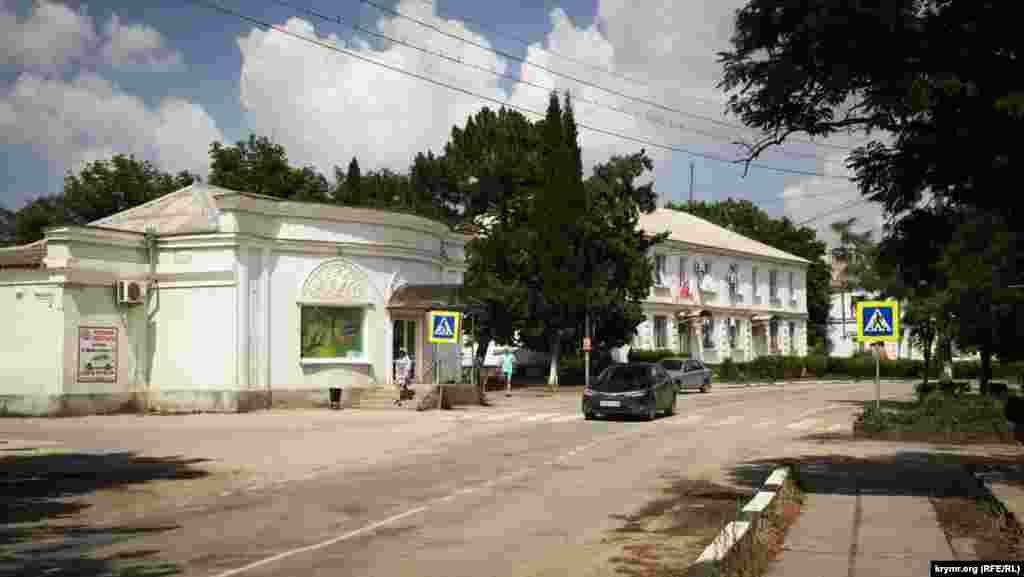 Главная улица поселка – улица Ленина. Друг на друга смотрят два здания – продовольственный магазин и магазин «Завода марочных вин Коктебель»