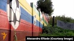 Zidul Sportului la Ostrovany desparte mahalaua romilor de restul localităţii