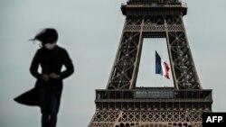 Париждеги Эйфель мунарасынын фонундагы Франция желеги жана саякаттап жүргөн кыз. Сүрөттүн кабардагы окуяга тиешеси жок.