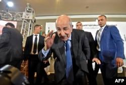 عبدالمجید تبون در نشستی خبری پس از به قدرت رسیدنش، در ۱۳ دسامبر ۲۰۱۹