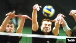 Игроки «МГТУ-Лужники» большими силами отбиваются от атак «Локомотива-Белогорье». Финал чемпионата России 2002 года.