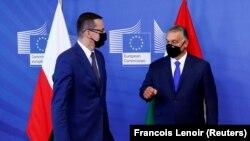 Mateusz Morawiecki, Lengyelország miniszterelnöke (b) és Orbán Viktor Brüsszelben, 2020. szeptember 24-én