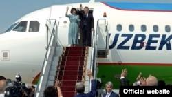 Президент Узбекистана Шавката Мирзияев с супругой покидают Кыргызстан, 6 сентября 2017 года.