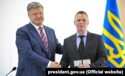 Президент Украины Петр Порошенко (слева) и новый председатель Донецкой областной военно-гражданской администрации Александр Куц. Краматорск, 22 июня 2018 года