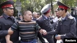 """Милиция задерживает участника митинга за национализацию """"Кумтора"""". Бишкек, 3 октября 2012 года."""