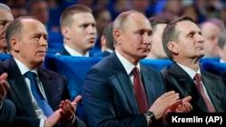 Direktor FSB Aleksandr Bortnikov (lijevo), ruski predsjednik Vladimir Putin (u sredini) i direktor Vanjske obavještajne službe Sergej Nariškin (desno) prisustvuju sastanku s obavještajcima u Moskvi u decembru 2019.
