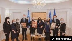 """Liderët e Kosovës në takim më përfaqësuese të organizatës """"Thirrjet e Nënave"""". Prishtinë, 15 prill, 2021."""