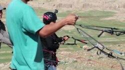 لیدا حضوری بانویکه در آسمان کابل حین چتر بازی آزادی را تجربه میکند