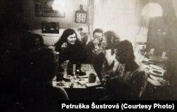 Пэтрушка Шустрава ў гасьцях у Вацлава Гавэла на ягоным лецішчы ў Градэчэку, 1980 год.