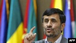 محمود احمدی نژاد گفت:«ايستادگی ملت ها، دشمنان مجبور به عقب نشينی خواهند بود و البته پيروزي های بزرگ از دل سختي ها بيرون مي آيد.»(عکس: AFP)