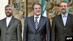 رومانو پرودی در کنار علی لاریجانی و سعید جلیلی، دیپلمات های ارشد ایران در امور هسته ای.