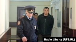 Олег Сенцов в сопровождении охраны