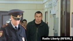Олега Сенцова ведут в зал суда. 8 апреля 2015 года