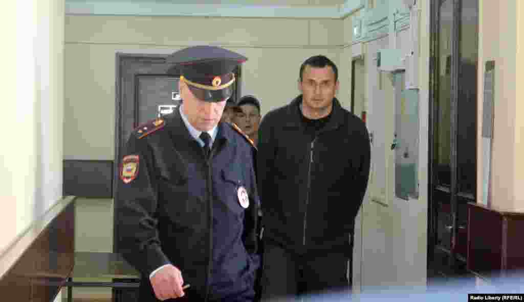 Moskvanıñ Lefortovo rayon mahkemesi Qırım rejissöri Oleg Sentsovnıñ apis müddetini arttırdı, 2015 senesi aprel 8 künü