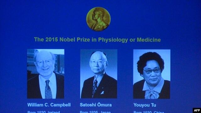 از چپ به راست: ویلیام کمبل، ساتوشی اومورا و یویو تو، برندگان نوبل پزشکی ۲۰۱۵ که بالای هشتاد سال سن دارند.