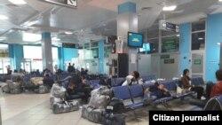Пассажиры в зале ожидания в аэропорту Душанбе.